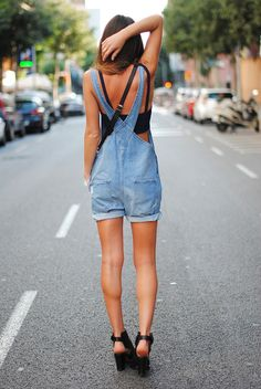 Fashion isn't like drugs. Your clothes should have plenty of personality. As well as if you want to choose a short denim overalls outfit. Before starting the procedure, you've got to. Top Mode, Salopette Jeans, Summer Outfits, Cute Outfits, Summer Clothes, Outfit Trends, Denim Overalls, Short Overalls, Shorts