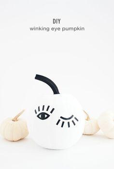 DIY Winking Eye Pumpkin with Printable Template Idle Hands Awake Porche Halloween, Fröhliches Halloween, Holidays Halloween, Halloween Pumpkins, Halloween Bathroom, Pumpkin Decorating, Porch Decorating, Diy Original, Pumpkin Uses