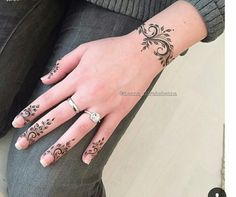 Wedding Henna Designs, Finger Henna Designs, New Mehndi Designs, Simple Mehndi Designs, Henna Tattoo Designs, Henna Mehndi, Henna Art, Hand And Finger Tattoos, Moroccan Henna