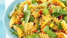 Ruokaisa kana-pastasalaatti maistuu koko perheelle. Helppoa ja herkullista arkiruokaa koko perheelle. Fusilli, Pasta Salad, Salads, Food And Drink, Healthy Recipes, Healthy Food, Baking, Ethnic Recipes, Koti