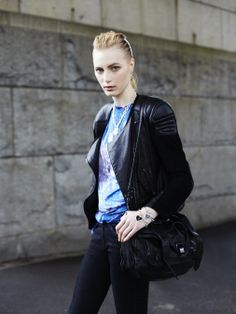 Julia Nobis carrying a Medium PS1
