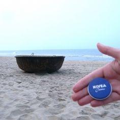 """NIVEA am An Bang Strand bei Hoi An in Vietnam. """"Vietnam? Könnte ja jeder Strand sein!"""" Stimmt nicht: das runde Korbboot im Hintergrund ist typisch für Vietnam. Das """"Thúng chai"""" wurde von schlauen vietnamesischen Fischern erfunden, um die Besteuerung von Schiffen durch die französische Kolonialherrschaft zu umgehen."""