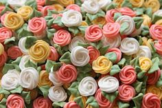 Easy Homemade Roses for Decorating – Edible Crafts Cake Decorating Techniques, Cake Decorating Tutorials, Cookie Decorating, Royal Icing Cookies, Cupcake Cookies, Cupcakes, Sugar Cookies, Royal Icing Transfers, Royal Icing Templates