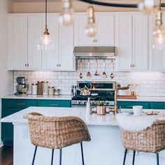 Love a good before & after as much as we do? Then you'll want to hear about this kitchen transformation. It got a bold new look that has us ready to paint our cabinets a bright blue. See more via the link in our bio. (Image: @ashley_crompton) #Regram via @apartmenttherapy