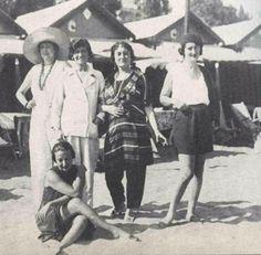 Etienne de Beaumont, Coco Chanel et Misia Sert (un peu enrobée) à Venise (1923). En short, la comtesse Moretti et, assise, Mme Chiesa du Lido