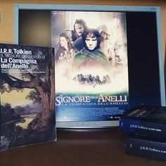 """Buonasera lettori!  Concludiamo la settimana con la #summerbooksquad17 Il tema di oggi è """"book to movie"""". Quando si tratta di film tratti da libri è sempre facile scegliere e nella maggior parte delle volte noi lettori siamo abbastanza pignoli! Nel caso della saga de Il Signore degli anelli la questione si fa più complicabile. L'immensità dell'opera di Tolkien è innegabile ma Peter Jackson ha saputo rendergli giustizia! Che si tratti della versione letteraria o cinematografica il volume che…"""