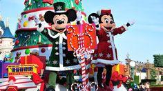 Når mørket falder på, tændes det store juletræ i et brus af lys og musik. Som bare ét af utallige shows og parader, der fyres af i Disneyland Paris i forbindelse med julen. Vi guider til jul i Walt Disneys univers.