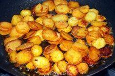 Mijn schoonmoeder die de allerlekkerste gebakken aardappels van de wereld bakt, vertelde mij haar geheim: een flinke snuf paprikapoeder! Potato Snacks, Potato Dishes, Potato Recipes, Meat Recipes, Cooking Recipes, Healthy Recipes, Tapas, Good Food, Yummy Food