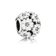 Lekker charm i sterlingsølv dekorert med vakre nøkeblom, håndetterbehandlet med hvit emalje og kubisk zirkonia.