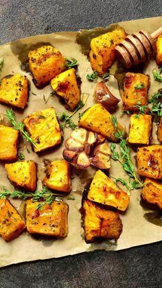 Mit dieser Geheimzutat wird Ofengemüse richtig schön knusprig! #ofengemüse #kochen #food #rezepte #elle Roasted Meat, Roasted Vegetables, Veggies, Roast Pumpkin, Baked Pumpkin, Lunch Healthy, Growing Winter Vegetables, Beef Recipes, Healthy Recipes