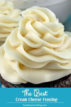 The Best Cream Cheese Frosting is the perfect version of this classic frosting It is super delicious and so easy to make Sweet creamy and so very yummy your family will b. Baking Recipes, Cake Recipes, Dessert Recipes, Bolo Youtube, Cream Cheese Buttercream Frosting, Creamcheese Frosting Recipe, Frosting For Piping, Cupcake Cakes, Food Cakes