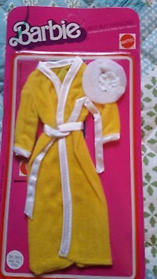 Barbie Best Buy fashions Yellow bathrobe and shower hat from 1977 Barbie Doll Set, Girl Dolls, Vintage Barbie Clothes, Doll Clothes, American Girl Doll Sets, Barbie Bridal, Cheerleading Outfits, Girls Fashion Clothes, Barbie Accessories