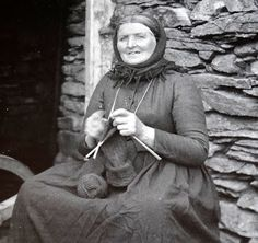 Tour Scotland Photographs: Old Photograph Island Crofter Knitting Scotland