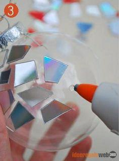Come realizzare una sfera di Natale con vecchi cd | Ideeregalo Web360 http://ideeregalo.allweb360.com/palle-di-natale-come-riciclare-i-vecchi-cd-foto/
