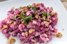 In deze gezonde bietensalade met prei en walnoten combineren we de zachte structuur en de zoete smaak van de bieten met de pit van rauwe prei.