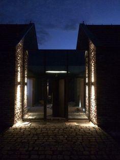 Widok nocą na szklany łącznik pomiędzy dwoma strefami domu