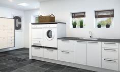 Vaskerom: Praktisk arbeidsbenk og hevede vaskemaskiner