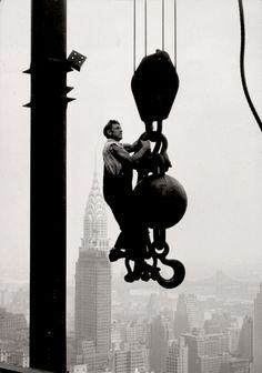 "Lewis W. Hine    Empire State Building avec ""la boule"" de levage, vers 1930-1931  http://25.media.tumblr.com/tumblr_lzdup807mv1qzq84io1_500.jpg"