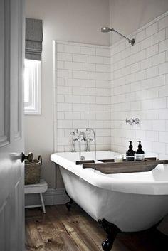 Badkamer met bad op pootjes