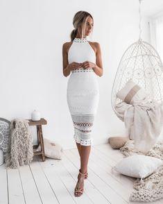 Vestiti eleganti donna e un idea per cerimonia con abito bianco tubino  effetti in pizzo be72c8928b9