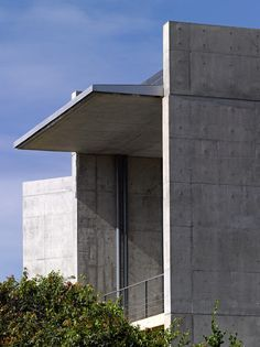 Japanese architect Tadao Ando has completed a concrete house on the edge of a cliff in southern Sri Lanka, writes Yuki Sumner. Japan Architecture, Concrete Architecture, Sustainable Architecture, Architecture Details, Interior Architecture, Interior And Exterior, Ancient Architecture, Landscape Architecture, Tadao Ando