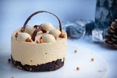 Nytårsaften nærmer sig og der skal derfor overvejs hvilken kage der skal serveres til dessert. En kage der altid er et hit er en brownie. En anden ingrediens der også altid er et hit er karamel. Denne kage er derfor... Small Desserts, Fancy Desserts, Mousse, Food Picks, Cake Decorating Tips, Brownies, Cake Recipes, Sweet Tooth, Cheesecake