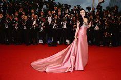 Fan Bingbing et sa longue robe rose en satin du Festival de Cannes le 15 mai 2013.