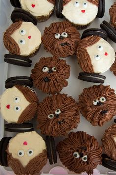 Star Wars Birthday Party: Chewbacca and Princess Leia cupcakes made with shaggy mum tip. Candy eyes by Wilton and black decorating gel to create Chewbacca& Star Wars Cupcakes, Star Wars Cake, Star Wars Gifts, Cute Cupcakes, Decorated Cupcakes, Birthday Cupcakes, Star Wars Party Food, Star Wars Food, Star Wars Themed Food