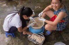 Preparing eels for the chao luon (rice soup), Vinh, Vietnam