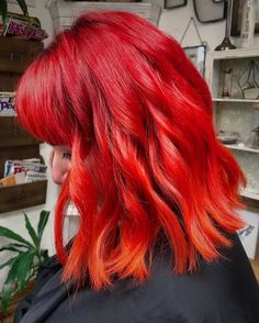 Natural red hair is breathtaking. It is a color that can't be replicated and makes short hair look stunning and unique. Although some of us aren't bor... Black Hair Caramel Highlights, Chunky Blonde Highlights, Caramel Hair, Hair Color Highlights, Summer Hairstyles, Wedding Hairstyles, Red Hairstyles, Green Hair, Purple Hair