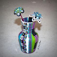 Vase recouvert de pâte polymère lustrée et fleurs en pâte polymère.