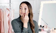 """La clásica técnica """"arriba y afuera"""" parece ser una manera universal de aplicar máscara, pero no es la única opción. Así que para expandir tus horizontes, ¡aquí te compartimos 6 nuevas maneras de lograr una hermosa mirada! Hair Makeup, Make Up, Applying Mascara, Beauty, Party Hairstyles, Makeup, Beauty Makeup, Bronzer Makeup"""