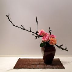 Risultati immagini per ikebana arte floral japones Ikebana Arrangements, Large Flower Arrangements, Ikebana Flower Arrangement, Flower Vases, Art Floral, Deco Floral, Japanese Floral Design, Japanese Flowers, Flower Tea