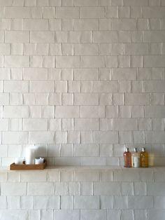 Home Interior Salas I love a simple tile with some added texture.Home Interior Salas I love a simple tile with some added texture. Home Decor Signs, Retro Home Decor, Cheap Home Decor, Home Remodeling Diy, Home Decor Inspiration, Decor Ideas, Diy Ideas, Style Inspiration, Bathroom Interior Design