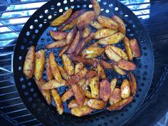 Barbecuepatat is een recept om patat te maken op de barbecue. We gaan niet frituren. Door eerst langzaam te garen en daarna te bakken, is het wel krokant.