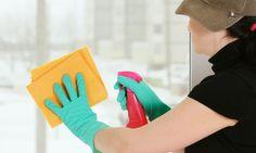 Para limpiar los cristales prepara una mezcla de una parte de vinagre blanco por cuatro de agua y llenar con el preparado un pulverizador de plástico.Otra opción es simplemente limpiarlos con amoniaco. Prepara una esponja limpia y escurrida (o un trapo) y pulveriza el cristal con el preparado de vinagre. Limpia uncristalcada vez, y emplea el trapo o la esponja para extender el preparado Para evitar las rayas y frótalo con una bayeta de microfibra seca. El mejor día  ¡nublado!