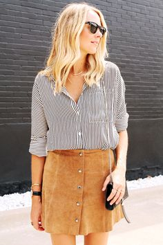 Cute trendy and fashion suede skirt! Love this outfit and those Ray-Ban Clubmaster
