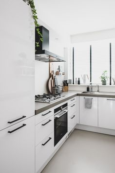 How To Incorporate Contemporary Style Kitchen Designs In Your Home Home Decor Kitchen, Kitchen Interior, New Kitchen, Home Kitchens, Kitchen Design, Awesome Kitchen, Diy Interior, Kitchen Remodel Cost, Craftsman Kitchen