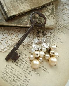 Love these earrings! I also love the way they're displayed using the vintage key. Skeleton Keys, Skeleton Key Crafts, Shabby Vintage, Vintage Keys, Vintage Bohemian, Vintage Jewelry, Vintage Pearls, Vintage Earrings, Padlocks