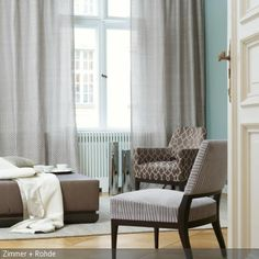 Ideal In dem Wohnzimmer zieht Ruhe durch die nat rliche Farbgebung der Stoffe ein Gardinen Polsterst hle