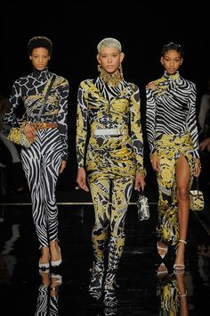 Discover the Women's Fall Winter Collection Fashion Show by Versace. Find your favourite pieces on the Versace Official Website. Fashion Guys, Men Fashion Show, Look Fashion, Autumn Fashion, Womens Fashion, Fashion Design, Fashion Blogs, Christmas Fashion, Spring Fashion
