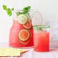 Watermeloenlimonade Een lekker stukkie watermeloen is heerlijk als het warm is. Maak er een lekkere limonade van en je kunt er de hele dag van genieten.   Wat heb je nodig? (voor 4 porties) Een halve gesneden watermeloen Schil van een citroen Kopje verse citroensap Half kopje honing Anderhalf kop (ijskoud) water IJsblokjes