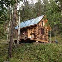 @thecabinchronicles very neat little log cabin! by tinyhouseblog