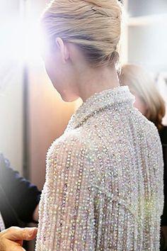 Para o desfile de alta costura de inverno da Chanel, Karl Lagerfeld não fez uso de cenários grandiosos, estes foram substituídos por um approach modesto, moderno e minimalista. Simplesmente uma lareira e um grande espelho barroco dourado. 'É o encontro do barroco com Le Corbusier', disse Karl, explicando que sua inspiração veio de imagens de… Leia mais Chanel Haute Couture fall 2014