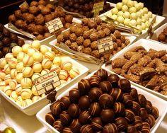 De overheerlijke pralines van Belgische chocolade in verschillende vormen en kleuren. Op bijna elke hoek van de straat zal je een pralinewinkel tegenkomen die je betovert met zijn stralende vitrines vol chocolade!