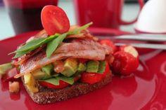Uotilan maalaisruislimppu löysi tomaatin ja paprikan sekä pekonin aamupalakaverikseen.