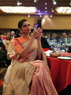 Deepika Padukone being a stunner in a saree at the HT Style Awards! Bollywood Saree, Bollywood Fashion, Bollywood Actress, Sabyasachi Sarees, Banarsi Saree, Ethnic Sarees, Indian Sarees, Deepika Padukone Saree, Deepika Ranveer