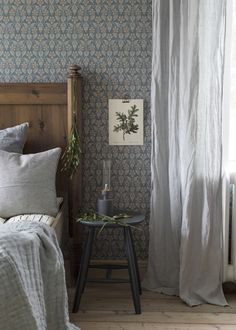 by Boråstapeter - Metallic Blue - Wallpaper - 4524 A traditional all over damask wallpaper design with Tudor roses.A traditional all over damask wallpaper design with Tudor roses. Gold Bedroom Decor, Home Bedroom, 1930s Bedroom, Design Bedroom, Bedroom Wall, Bedrooms, Blue Wallpapers, Black Decor, Elle Decor