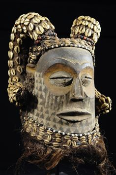 """Aries mask helmet - Kuba / Bushoong - RDC Zaire ? """"Iron does not advise the hammer?"""" ... African wisdom The Kuba are the most prolific group of Kasai Occidental . Kuba art is mainly developed around the royal person. This prestigious cultural, famous for its masks, statues and royal """"Kasai velvet"""" is also rich in beautiful ceremonial costumes. Just like the big royal masks, these are very sophisticated and are objects of power, and currency exchange between groups. www.bruno-mignot.com"""