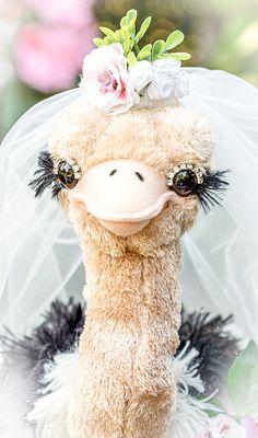 💖Ich heiße Malou und ich bin ein Wurfstrauß. 💕 Ich bin dafür da, dass du deinen wundervollen Brautstrauß behalten kannst und mich stattdessen quer durch den Raum in die Arme der nächsten Braut fliegen lässt.🤗 Obwohl wir Sträuße können ja eigentlich gar nicht fliegen🤔 ... 😅😂 (Werbung) Schmuck Design, Bridal Accessories, Teddy Bear, Activities, Bride, Handmade, Animals, Headpieces, Pink